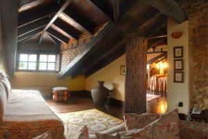 habitación los Buhardillones, vista general estancia uno y salita