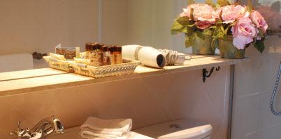 estancia familiar con habitación y terraza, vista baño