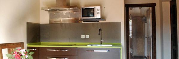 estancia familiar con habitación y terraza, vista cocina